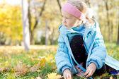 年轻的女孩坐在一个公园 — 图库照片