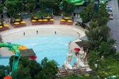 Piscina con fuente de agua en un resort — Foto de Stock