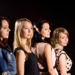 quatre belles filles debout derrière un autre — Photo