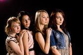 Vier mooie jonge vrouwelijke vrienden — Stockfoto