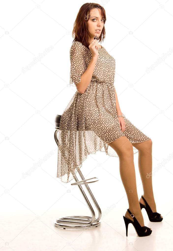 Женщина в прозрачном платье белом