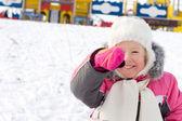 在白雪皑皑的操场上笑的小女孩 — 图库照片