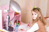 Schattig klein meisje op haar bureau — Stockfoto