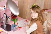 μικρό κορίτσι σχεδίασης στο γραφείο της — Φωτογραφία Αρχείου