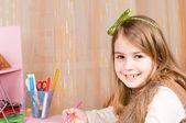 Menina feliz na mesa dela — Foto Stock