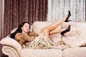 Sexy vrouw haar benen in de lucht schoppen — Stockfoto
