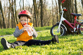 Young cyclist enjoying a drink of refreshing water — Stock Photo