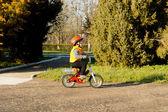 Schattige kleine jongen leren rijden — Stockfoto