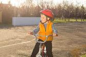 Przystojny chłopczyk szczęśliwy, jazda konna — Zdjęcie stockowe