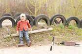 Küçük bir çocuk parkta tek başına oynarken — Stok fotoğraf