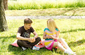 Young friends enjoy a healthy picnic — Stock Photo