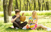 Couple having a picnic date, sitting on the grass — Stock Photo