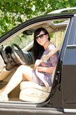 Mladá atraktivní bruneta žena v autě — Stock fotografie