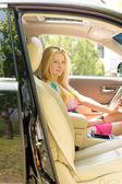 Joven rubia atractiva sentado un coche — Foto de Stock