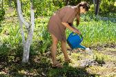 красивая женщина, полив сада — Стоковое фото