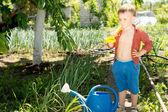 Jongere meehelpen in de tuin veggie — Stockfoto