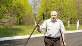 Senior man lopen op krukken — Stockfoto