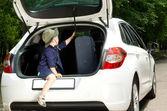 Speelse jongen invoeren van de open vrachtwagen van een auto — Stockfoto