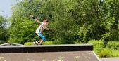 Unga roller skating plockning upp hastighet — Stockfoto