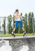 Ung flicka i rullskridskor på en ramp — Stockfoto