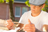 Middle-aged man heating soluble heroin outdoors — Fotografia Stock