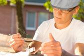 Man van middelbare leeftijd verwarming oplosbare heroïne buitenshuis — Stockfoto