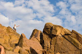 Backpacker standing on top of a mountain — Stock Photo