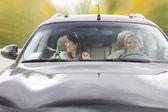 驾驶一辆车的两个喝醉了女性朋友 — 图库照片