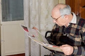 Elderly man enjoying his newspaper — Stock Photo