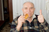Smiling senior man giving a thumbs up — Stock Photo