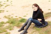Pensiero di triste giovane donna seduta — Foto Stock