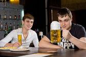 человек присматривается большой кружку пива в ожидании — Стоковое фото