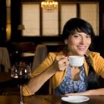 jonge Spaanse vrouw koffie drinken — Stockfoto #36238561