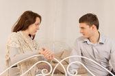 молодая пара сидя, имея частного обсуждения — Стоковое фото