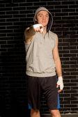 Junge boxer zeigte auf der kamera — Stockfoto