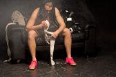 Boxer seine Bandagen auf seinen Händen anwenden — Stockfoto