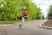 Pattinaggio di giovane ragazza adolescente dietro una curva — Foto Stock