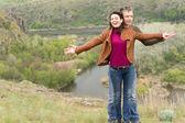 Szczęśliwy figlarny atrakcyjna młoda para — Zdjęcie stockowe
