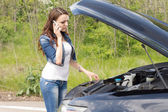 Woman driver calling for breakdown assistance — Stock Photo