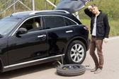 Motorista masculina, mudando seu pneu de carro após uma punção — Foto Stock