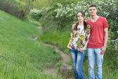 Влюбленная молодая пара, насладиться прогулкой в горах — Стоковое фото