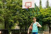 笑顔の若い女性のバスケット ボール選手 — ストック写真