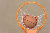 Basketball passing through the hoop and net — Stock fotografie