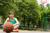 Krásné jistý mladý ženský basketbalový hráč — Stock fotografie