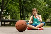 Вдумчивый молодой подростковой баскетболист — Стоковое фото