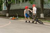 Dos niños jugando con sus bicicletas — Foto de Stock