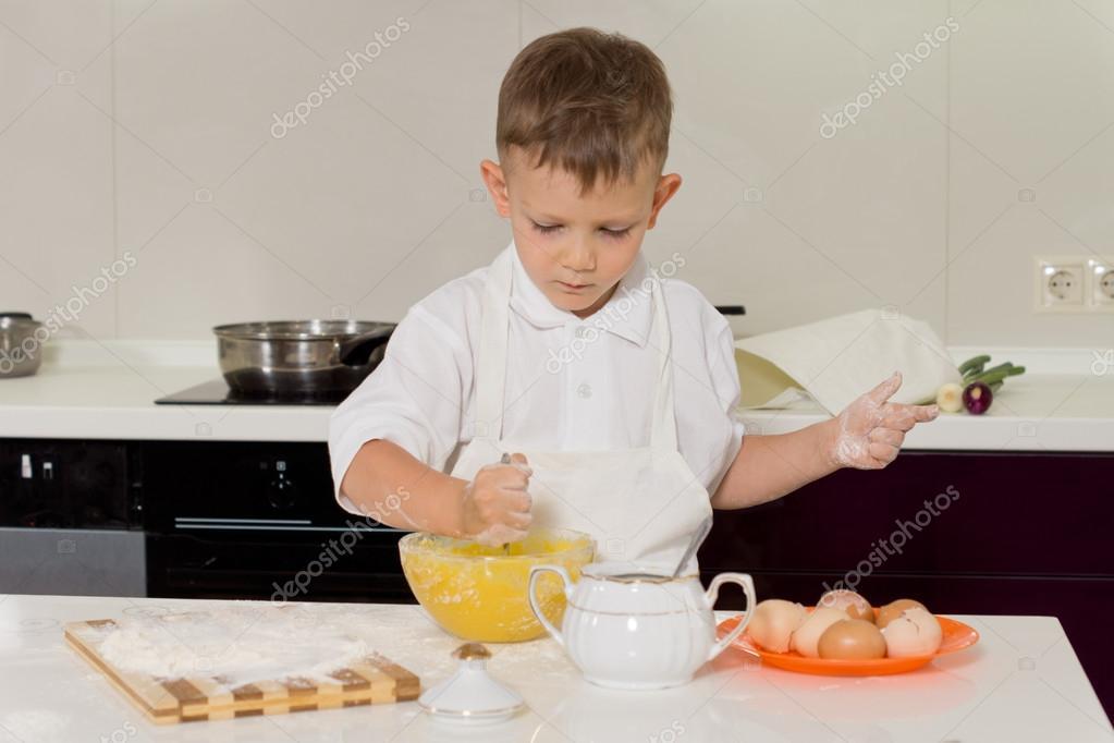 Peque o ni o haciendo la cocci n en la cocina foto de - Foto nino pequeno ...