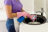 Frau mit Handschuhen Abwasch — Stockfoto