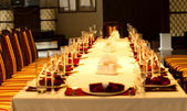 Elegant formal table set with red linen accents — Stockfoto