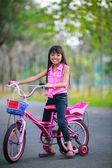 亚洲小女孩骑自行车在公园里 — 图库照片